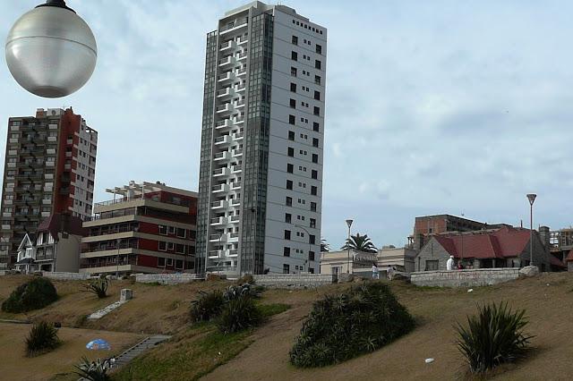 Paisaje marplatense  un farol y edificios.