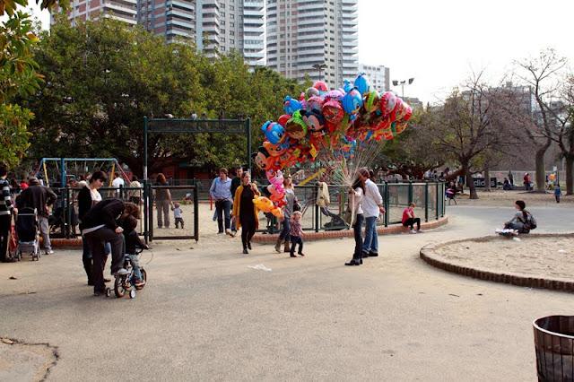 Vendedora de Globos en parque Las Heras.Buenos Aires.