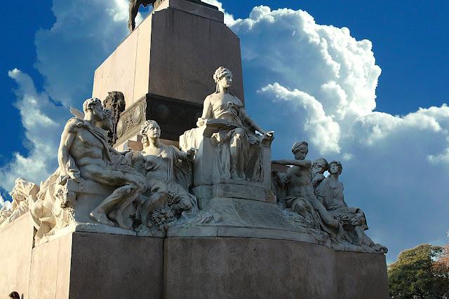 Figuras escultóricas en la base del monumento a Mitre.