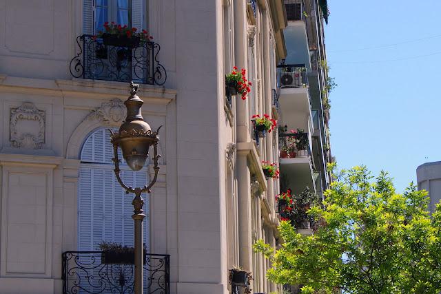 Farola y flores en balcones de Ciudad de Buenos Aires