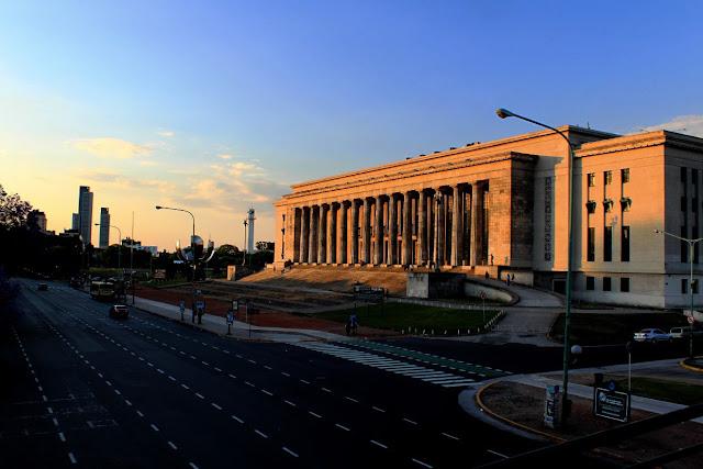 Las columnas de la facultad de derecho en Recoleta,Buenos Aires.