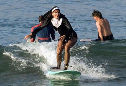 Resultado de imagen para monja surfera