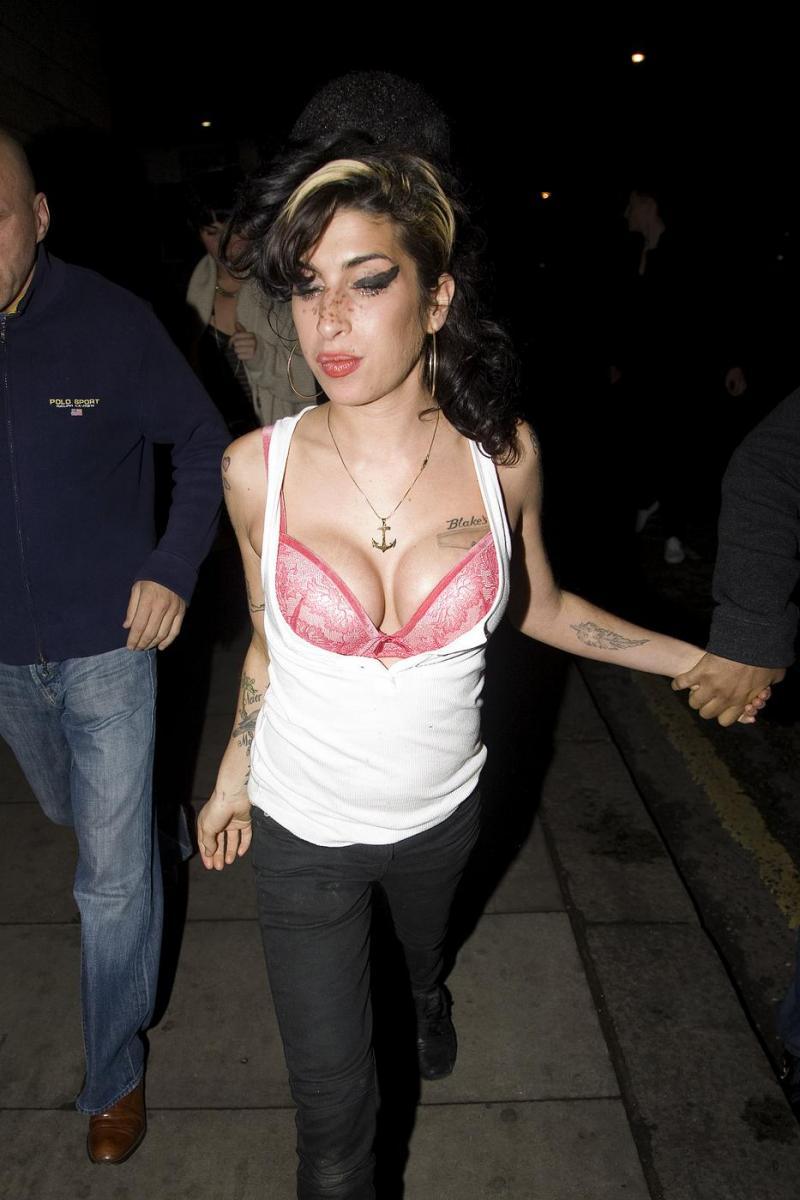 Amy Winehouse Boob 31
