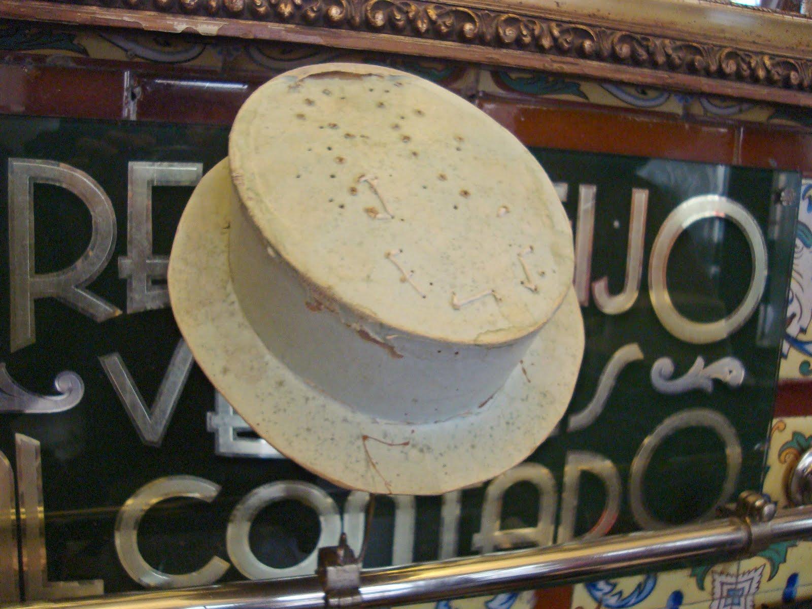 1f16891161c40 Soporte muy antiguo donde colocan sus sombreros.