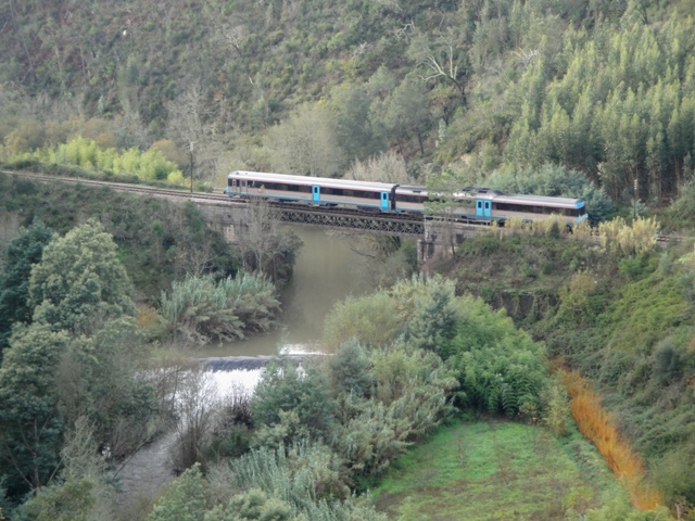 Ponte sobre o Rio Dueça entre Vale do Açor e Ceira. Esta imagem foi captada poucos dias antes do encerramento da linha.