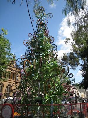 Árvore de Natal feita com 100 bicicletas 9