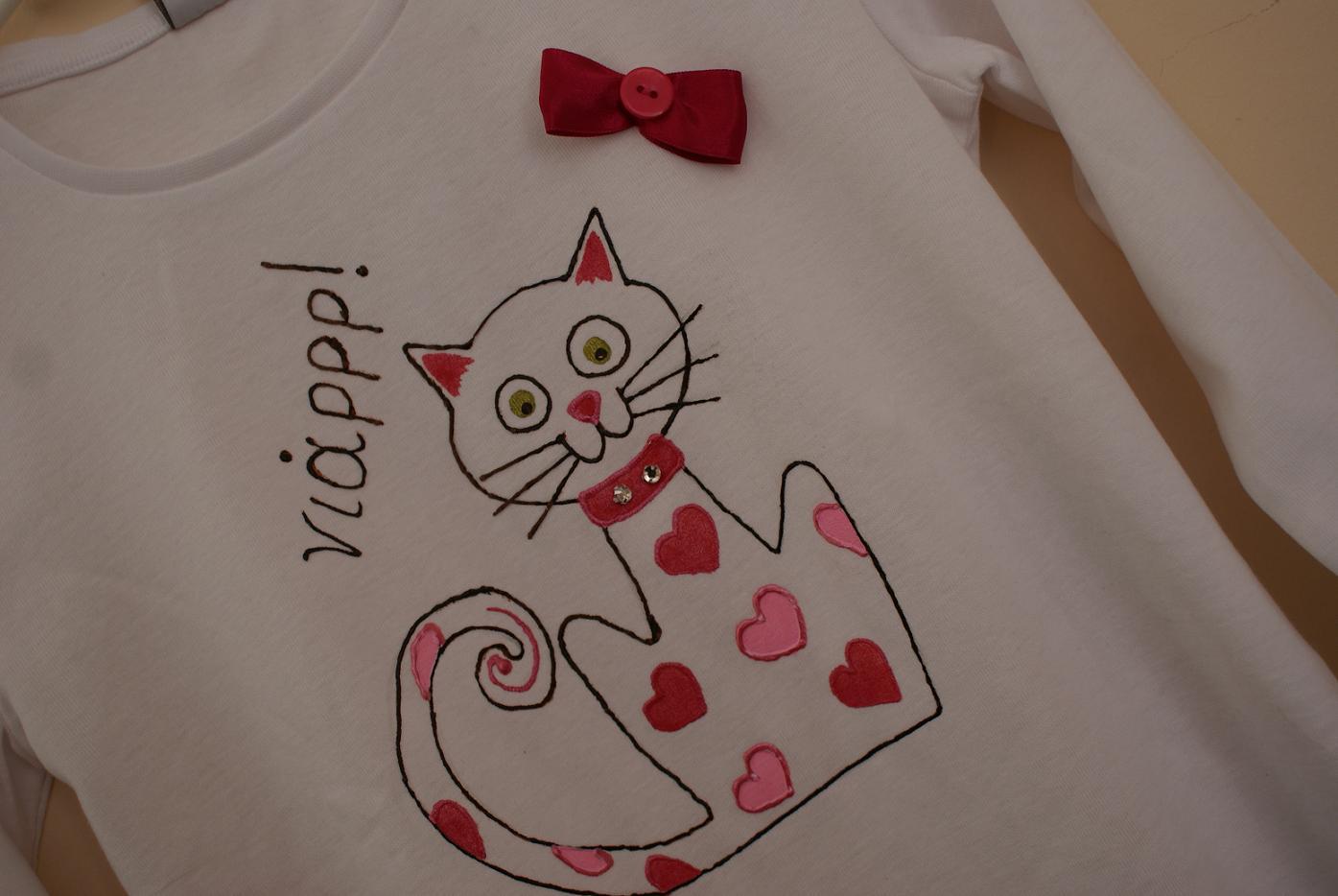 dc77f6beae1b Γάτα αστειόζα και αγαπησιάρα έκανε κονέ με ένα λευκό μπλουζάκι με απώτερο  σκοπό να βρει παιδάκι 9-10 ετών που θα την αγαπάει και θα την φροντίζει!