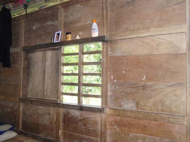 jendela rumah penduduk suku kajang amma toa