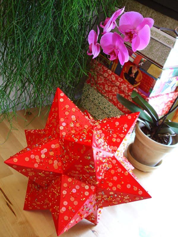 Rød tolvtagget stjerne med perler