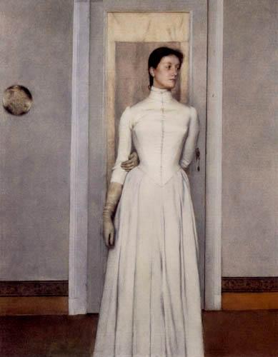 7e322df2be87 Una donna, giovane, vestita di bianco, sullo sfondo di una porta chiusa.