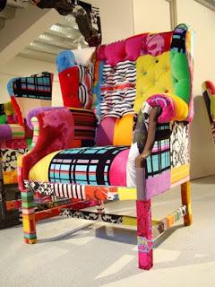 colorido sillón decorado con pedazos de tela
