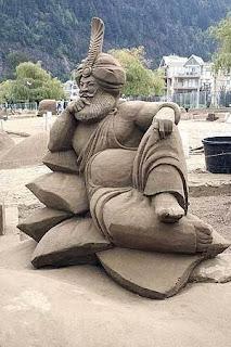 arte en arena, escultura de arena, un hombre con ropa arabe