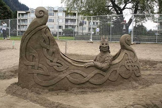 arte en arena, escultura de un barco en el mar