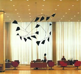 Alexander Calder escultua en movimiento
