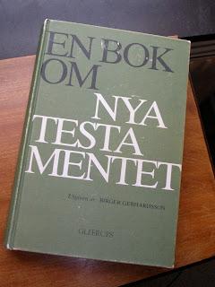 """Boken """"En bok om Nya Testamentet"""" liggande på ett bord"""