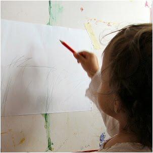 Yksivuotias lapsi piirtää - One year old child drawing
