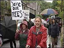 BBC picture of Grove Wood protest July 2008