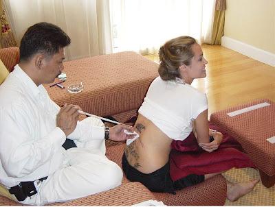 Angelina Jolie tetovanie na chrbát obrázky