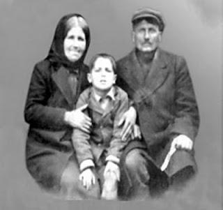 Cuviosul Paisie Aghioritul - la varsta de 5 ani, cu parintii lui