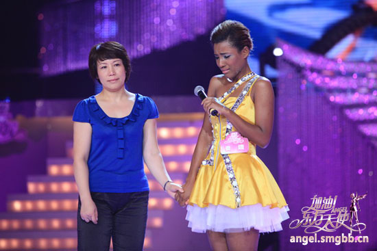 [shanghainese-black-girl-luo-jing-with-mother-oriental-angels-show.jpg]