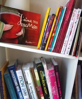 ma bibliothèque de livres et albums jeunesses illustratrices et illustrations se promènent joyeusement sur l'étagère