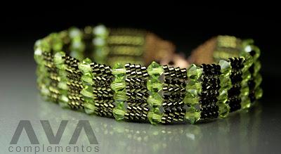 e4ba823b8af7 Hecha con delicas color verde y tupís de swarovski. Se puede hacer bajo  pedido de otros colores. PRECIO  15 euros.