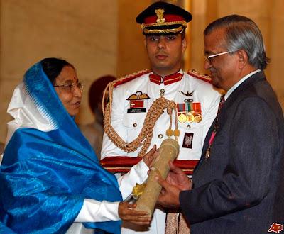 Dr. Anil Kakodkar with president of India Smt. Pratibha Patil, Dr. Anil Kakodkar with president of India Smt. Pratibha Patil photos