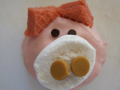 These piggy cookies are so cute and easy to make. They are perfect for a birthday party, bake sale, potluck or any fun social gathering! #WomenLivingWell #cookies #pigs