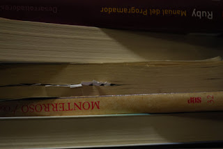 hoja metida entre las páginas de  un libro