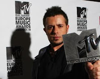 MTV EMA 2008 winner Emre Aydin holding his award