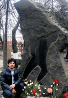Tarkan at Hikmet's gravestone at the Novodevichy Cemetery in Moscow