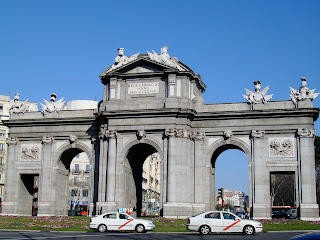 Discipvli Latini Inscripcion Latina En La Puerta De Alcala De Madrid