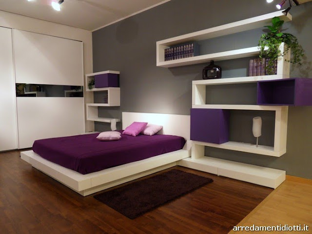 Dormitorio moderno purpura blanco y gris via www for Dormitorio gris y blanco