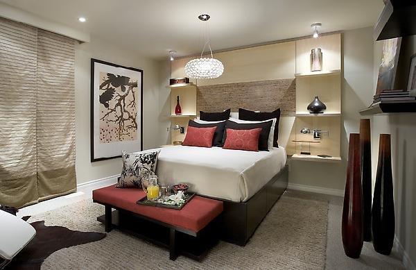 Dormitorio matrimonial de candice olson rojo y crema for Recamaras color vino