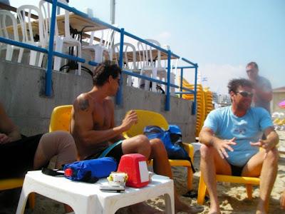 דני ומיקי בתמונות אחרי השחייה ובזמן הקפה...