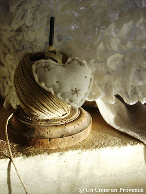 Old reel with string and fabric heart Maisons du Monde