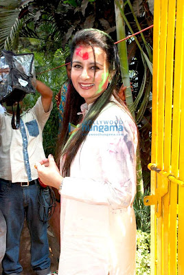 Riya and Raima Sen play Holi at 'Azmi House' photo
