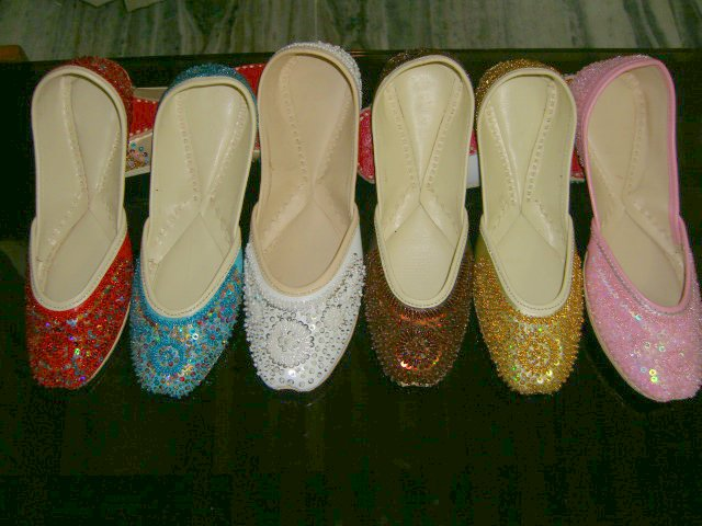http://3.bp.blogspot.com/_KpVJ23IthgI/TK9_FCxWyEI/AAAAAAAACE0/c-80GWM013k/s1600/www.mobikorner.com-shoes-khussa01.jpg