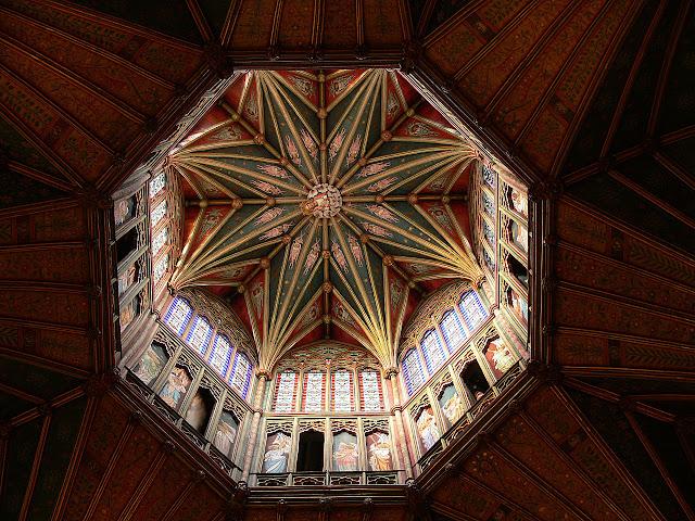 """A """"torre da lanterna"""" no transepto, centro da catedral"""