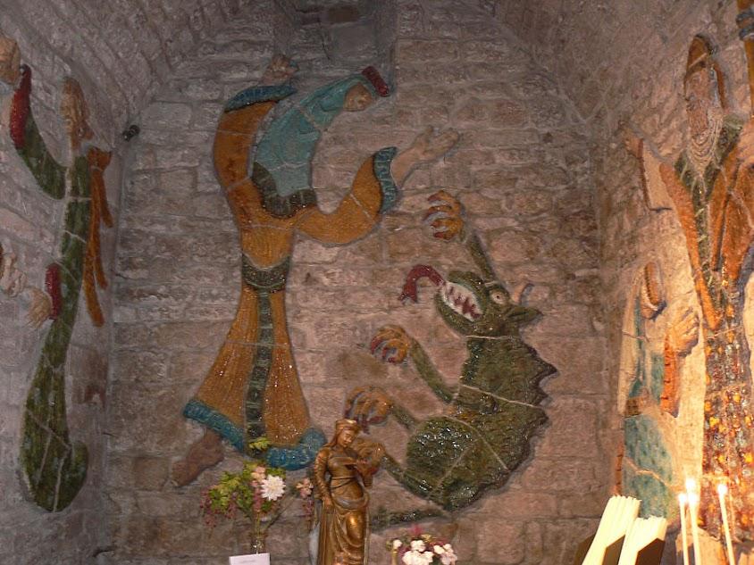 Santa Enimia esmaga o dragão.