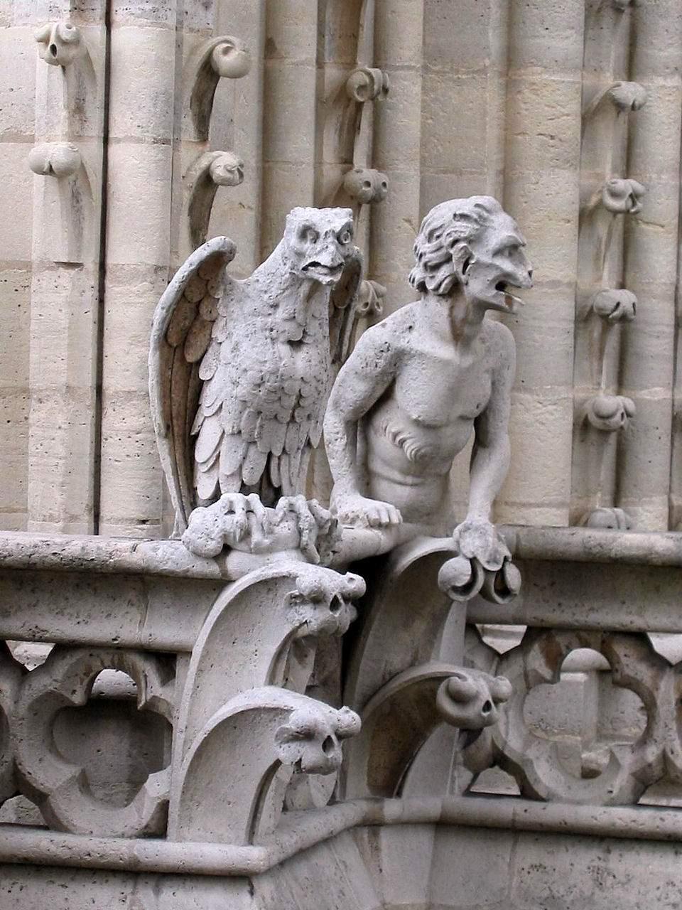 Gargouilles de Notre Dame de París. Esses seres quiméricos lembram a presença do demônio tentando assaltar os homens nos locais menos esperados.
