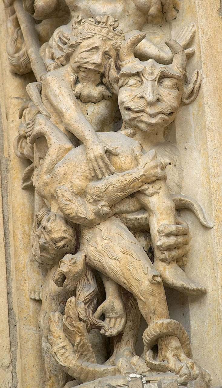 Um demônio leva seu escravo ao inferno. Catedral de Notre Dame, Paris.