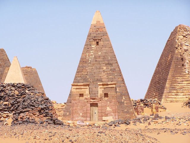 Pirâmides na cidade real de Meroe, Sudão