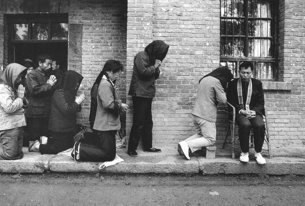Sacerdote confessa na rua
