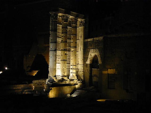 Ruínas romanas na noite