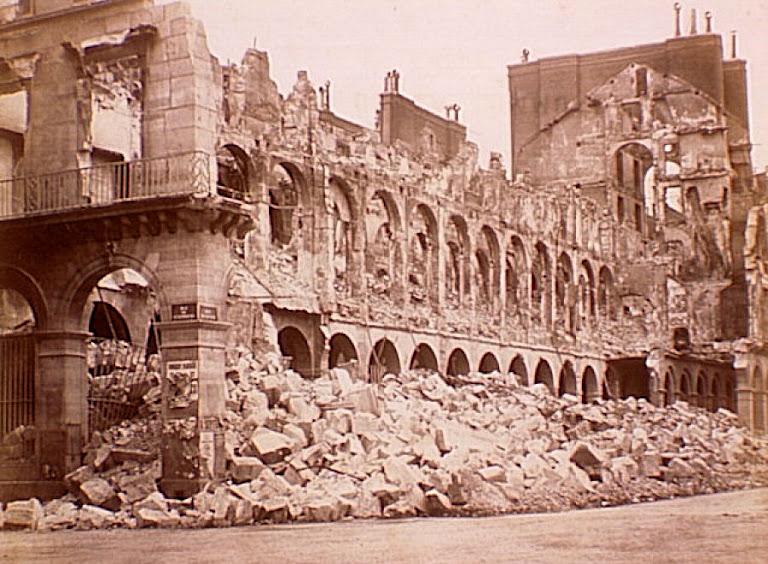 Ruínas do Ministério das Finanças, incendiado pelos revolucionários comunistas, Comuna de Paris 1871