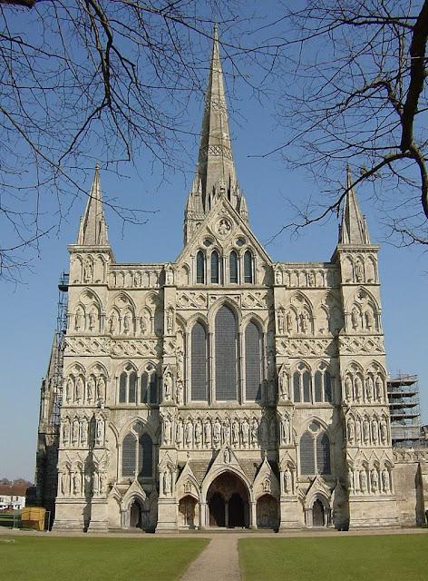Catedral de Salisbury, Inglaterra. Os bispados deviam manter escolas gratuitas para alunos de todas as classes, e lhe fornecer alimentação e vestimentas sem cobrar nada.