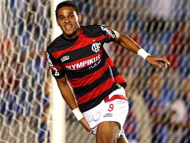 Flamengo  Dênis Marques bêbado bate o carro em Macéio ... 240e36805d323