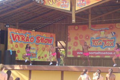 Apresentação de dança na Barraca Axé Moi, em Porto Seguro - BA