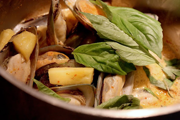 thai pineapple mussel curry